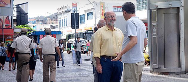 Luiz Paulo faz caminhada com Alexandre Amaral (45678) no Méier